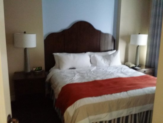 Marriott's Timber Lodge: quite room with confy bed, tub is 4 steps from bed