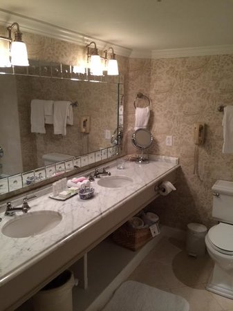 Saybrook Point Inn & Spa: large bathroom