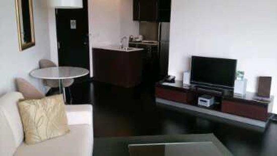 Chatrium Hotel Riverside Bangkok: Wohnbereich mit Küchenzeile