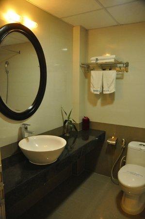 Hue Serene Palace Hotel: Baño