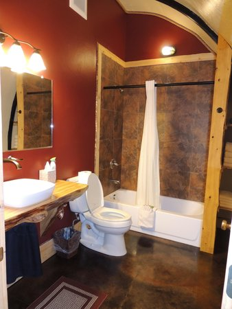 Kenai Peninsula Suites : Wolf's Den spacious bathroom