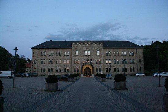 Schlosshotel Blankenburg/Harz: Schlosshotel Vorderseite (Westseite), vorne rechts kann man die Raucherinsel erkennen