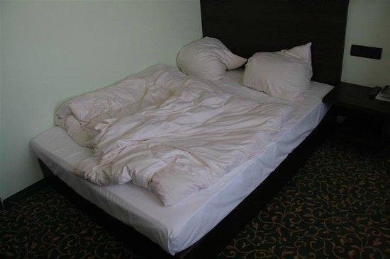 Schlosshotel Blankenburg/Harz: Bett direkt an der Wand mit nur einem Nachtschrank (bei der Abreise)