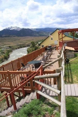 Riverside Cottages: Large deck overlooking Yellowstone River
