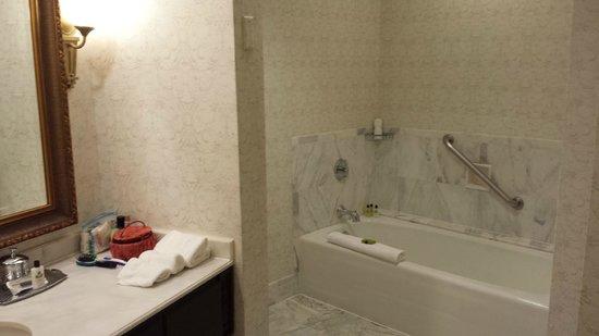 Willard InterContinental Washington : SEPARATE BATH AND SHOWER