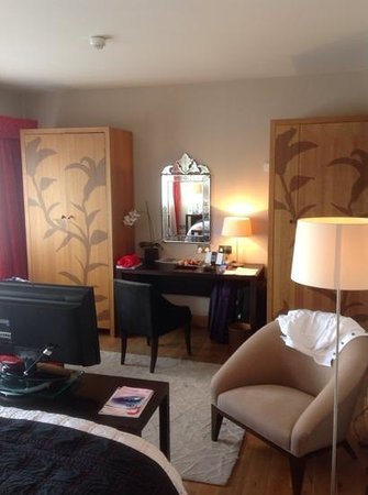 Tigerlily Hotel : Wardrobes and desk