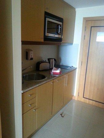 Pestana Promenade Ocean Resort Hotel: Kitchen area in studio apartment