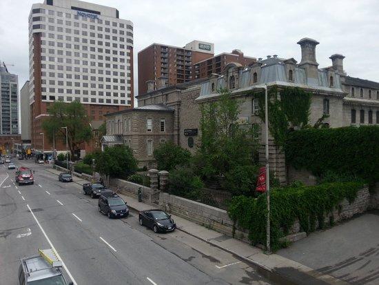 HI Ottawa Jail Hostel: Street view of the hostel