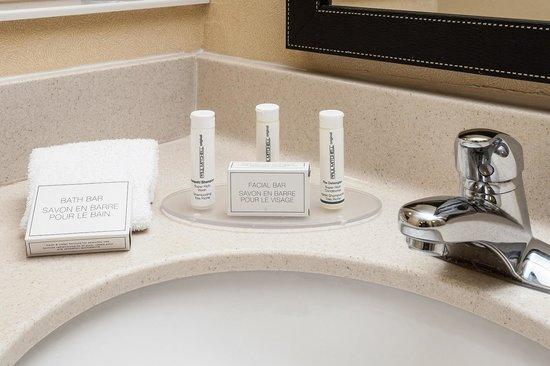 Fairfield Inn & Suites Anchorage Midtown: Spacious Bathroom