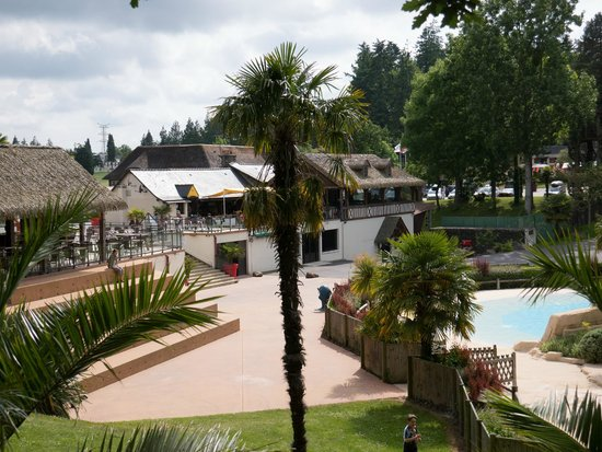 Les Ormes, Domaine & Resort: Outdoor bar and pool