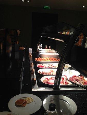 DoubleTree by Hilton London Ealing: Breakfast Set Up
