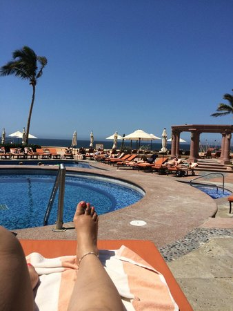 Playa Grande Resort: view from the pool looking out towards the ocean