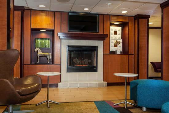 Fairfield Inn & Suites Anchorage Midtown: Warm yourself by the fireplace
