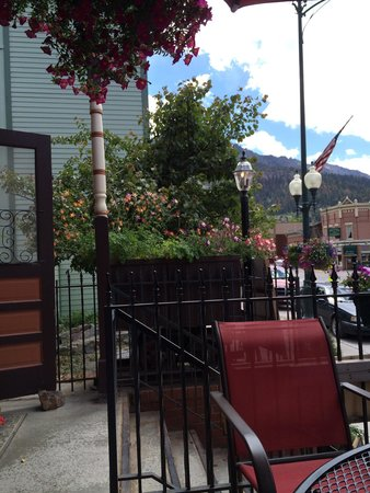 Timberline Deli of Ouray : Dining on the porch enjoying flowers