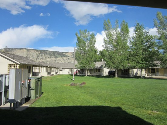 Mammoth Hot Springs Hotel & Cabins: The green outside thew cabin