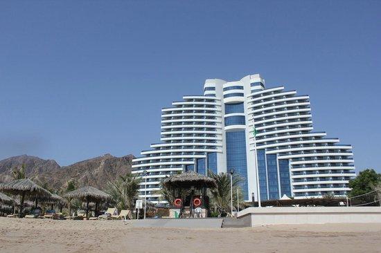 Le Meridien Al Aqah Beach Resort : отель, вид с пляжа