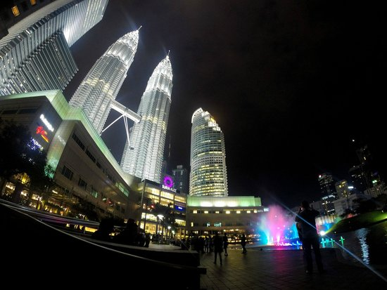 Traders Hotel, Kuala Lumpur : View of the Petronas Towers from Ground Level