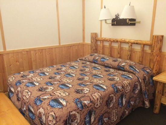 Canyon Lodge and Cabins: Bed in cabin