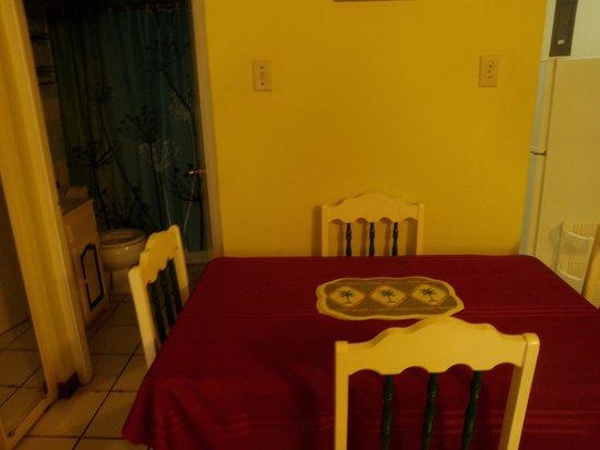 Chrisanns Beach Resort: Dining Table