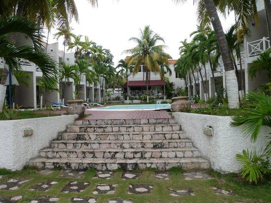 Chrisanns Beach Resort: The hotel grounds