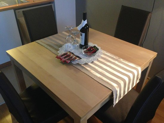 7Seasons Apartments Budapest: Convenient dining table with Wine
