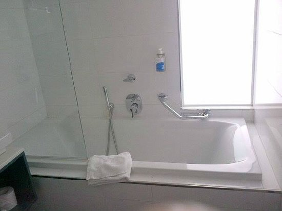 db Seabank Resort + Spa: Bath with 2 shower attachments and shampoo/shower gel