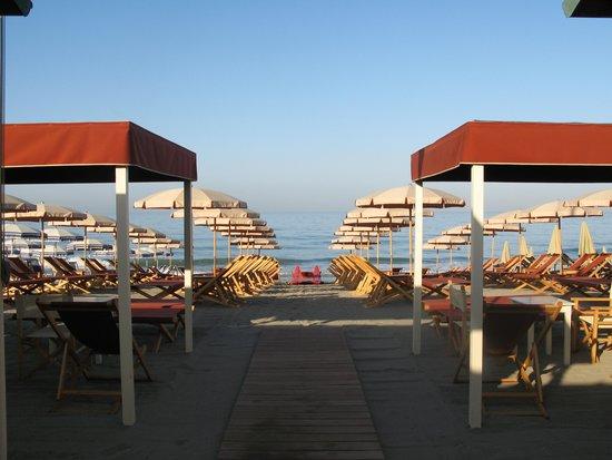 Lo stabilimento balneare picture of bagno hermitage for Bagno unione marina di carrara