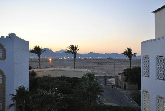Tiran Island Hotel: вид на пустыню