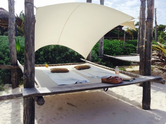 Suenos Tulum: Trampoline for two on the beach