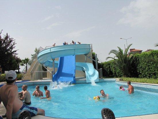 Barut B Suites: poolen med rutschbanor
