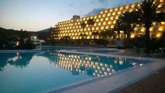 Hotel Beatriz Costa & Spa: HOTEL AT NIGHT