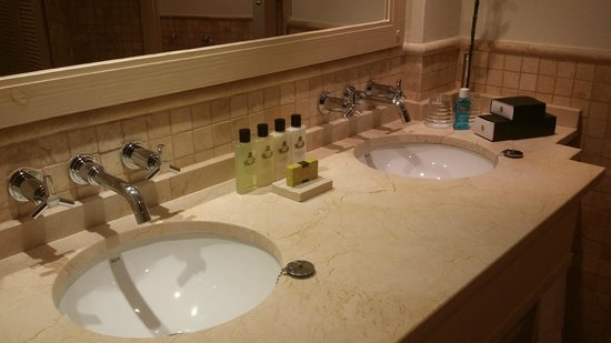 InterContinental Mar Menor Golf Resort & Spa: Well equipped bathroom