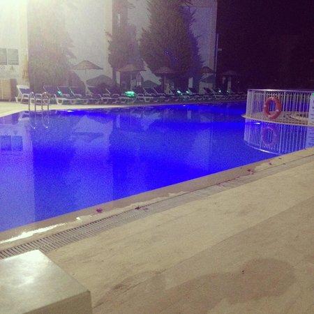 Hotel Serpina : Poolside at night