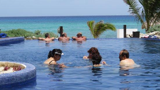 Le Reve Hotel & Spa: la alaberca y la familia contemplando el increible mar
