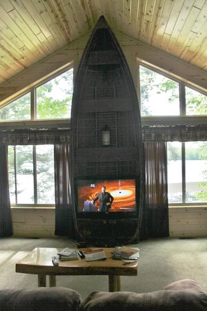 Timber Bay Resort and Cabins: Unique use of boat for entertainment center in L R.