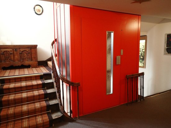 Romantik Hotel Stern: Small elevator with main staircase