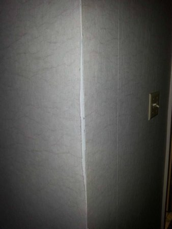 Fern Valley Hotel and Conference Center : peeling wallpaper
