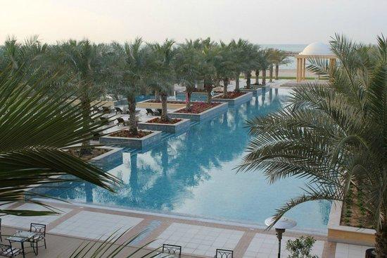 Hilton Ras Al Khaimah Resort & Spa: вид на бассейн из холла отеля