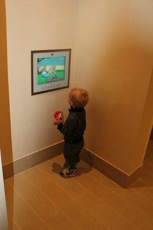Hilton Ras Al Khaimah Resort & Spa : в ванной комнате предусмотрен TV