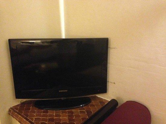 Club Med Marrakech La Palmeraie: Coin télé.... traces sur le mur!
