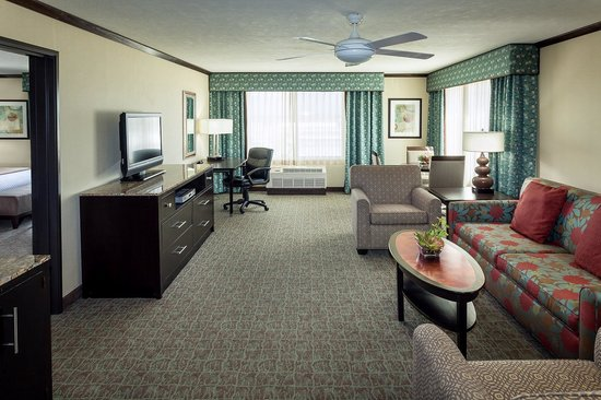 Crowne Plaza Anchorage-Midtown : King Suite Living Area