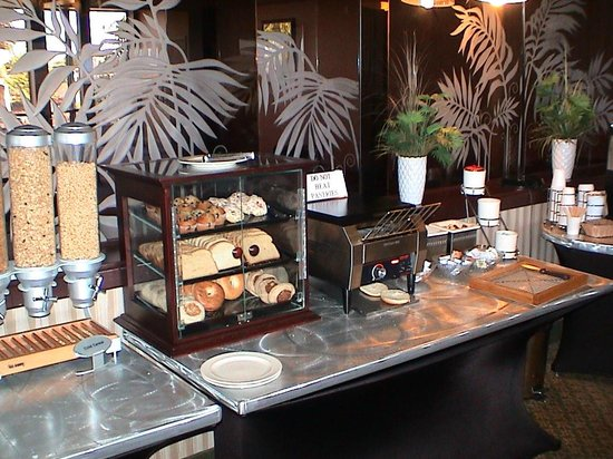 Red Lion Hotel Pendleton : Roaring Start Breakfast - breads, pastries, toaster, and spreads