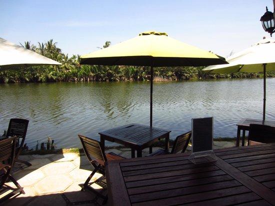 Riverside Garden Restaurant: Outside area
