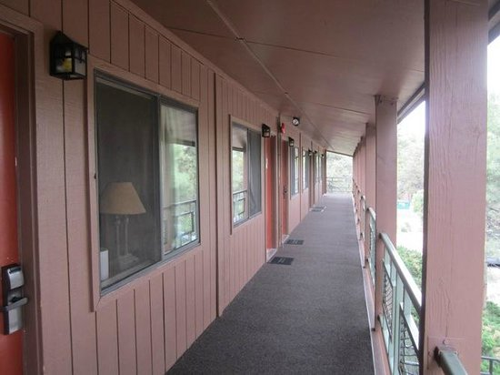 Maswik Lodge: The rooms open to the outdoor corridors