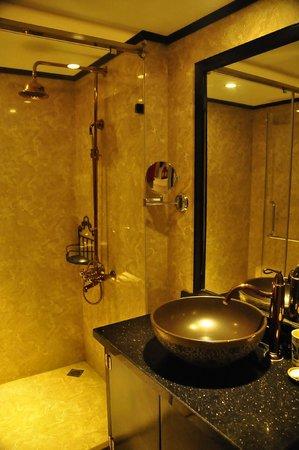 Oriental Central Hotel: Baño