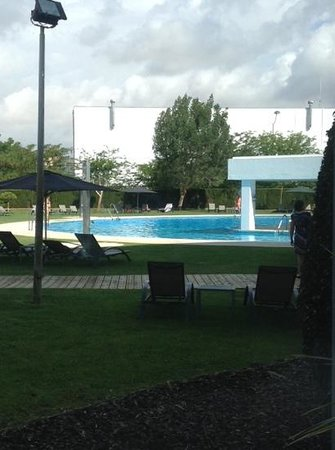 Barceló Sevilla Renacimiento: het zwembad, gezien vanuit het conferentiegedeelte van het hotel.