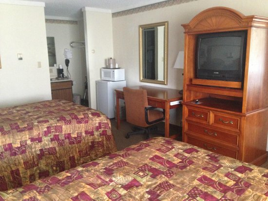 Snowshoe Motel : Standard Room with Two Double Beds
