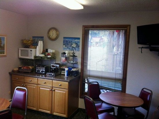 Snowshoe Motel: Continental Breakfast Room