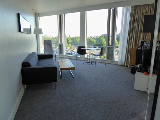 DoubleTree by Hilton Hotel Amsterdam Centraal Station : living room exec suite