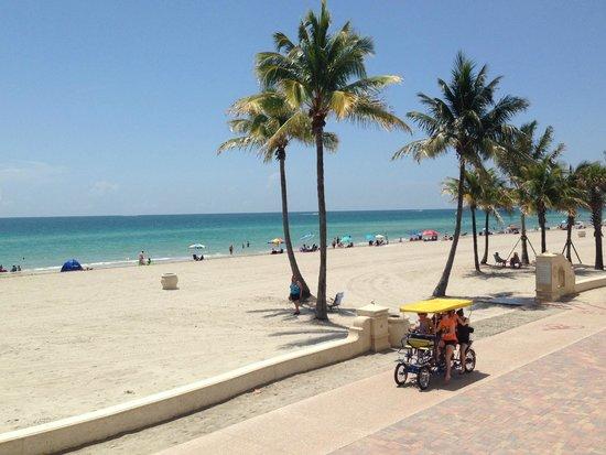 Riptide Hotel: View of boardwalk & beach from 2nd floor outdoor walkway